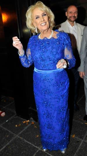 Feliz con su festejo, Mirtha Legrand deslumbró de azul y salió a hablar con la prensa. Foto: Gerardo Viercovich