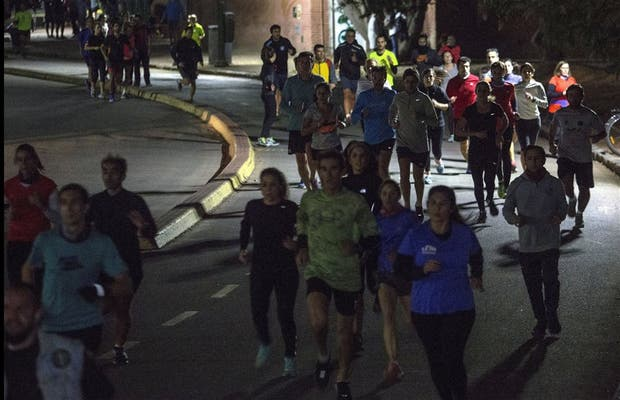 A partir de las 18, cientos de personas van a ejercitarse al entorno del Rosedal y suele haber roces y caídas, al amparo de la oscuridad