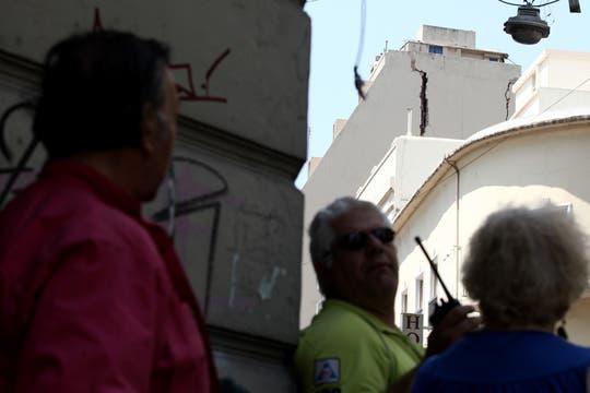 Vecinos miran asombrados la grieta. Foto: LA NACION / Emiliano Lasalvia