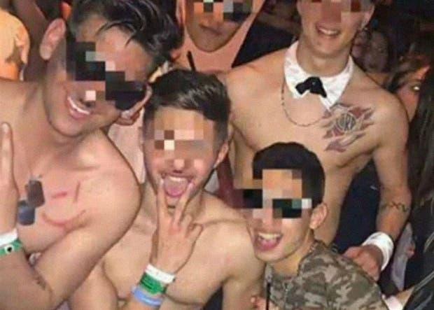 Los chicos se pintaron bigotes hitlerianos y cruces esvásticas en el baño del boliche