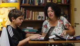 Hipólito López Calvo, 10 años, y su madre, Sandra, con la netbook del Plan S@rmiento