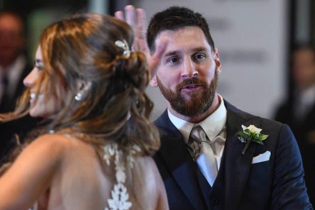 Messi y Roccuzzo saludaron fuera del hotel donde se casaron