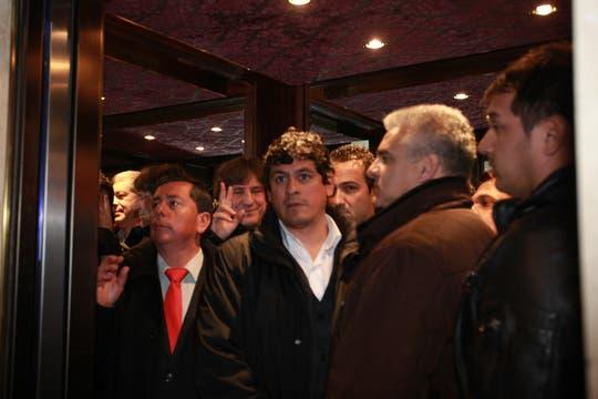 Afuera, unos 150 militantes le pusieron ritmo al aguante del FpV; adentro, hubo caras largas y pocos dirigentes. Foto: LA NACION / Guadalupe Aizaga