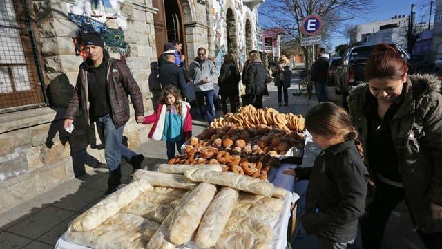 Pan casero y torta frita para llevar a casa después de votar en la puerta de una escuela en Mar del Plata. Foto: LA NACION / Mauro V. Rizzi