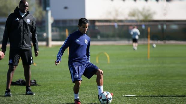 Maxi Moralez en una práctica en New York, con Patrick Vieira