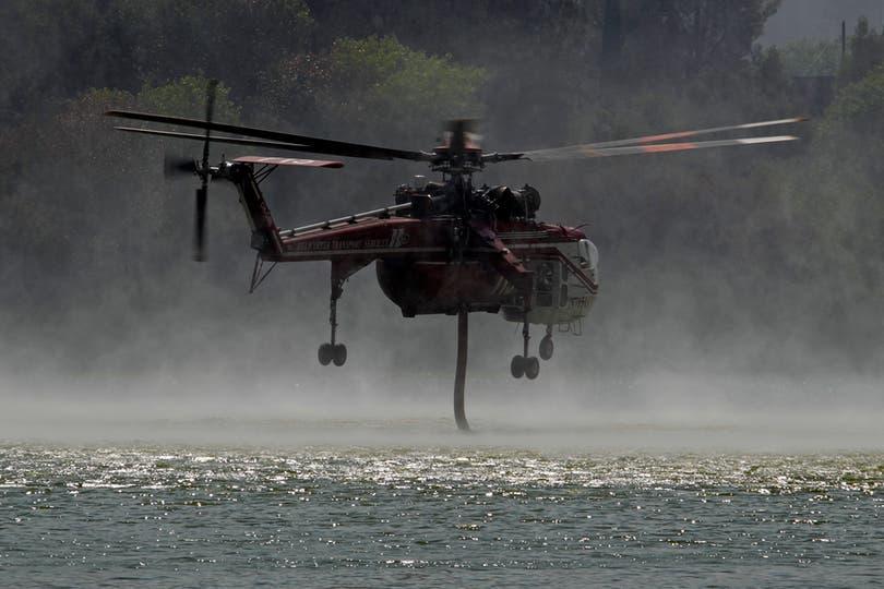 Los helicopteros recogen agua del lago Hughes. Foto: AP