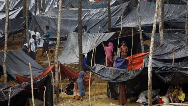 Refugiados Rohingya de Myanmar bajo tiendas improvisadas después de llegar a un campo de refugiados cerca de la ciudad de Teknaf
