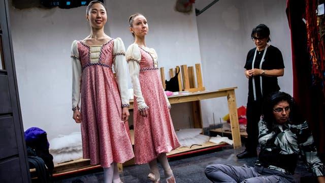 Eunsil Kim, a la izquierda, y Paula Penachio se prueban sus vestidos en el taller de vestuario en el Auditorio Adela Reta en Montevideo