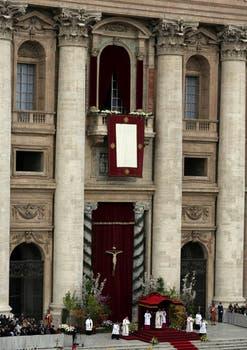 Francisco presidió su primera misa de Pascua; tras la ceremonia, saludó a los fieles en la Plaza San Pedro. Foto: AP