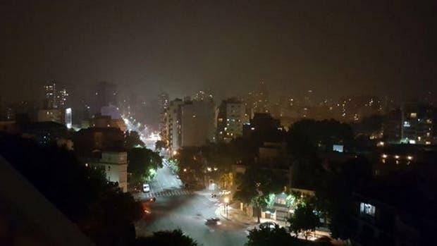 Una densa nube de humo y olor penetrante invade la Ciudad de Buenos Aires y algunas localidades del Conurbano bonaerse