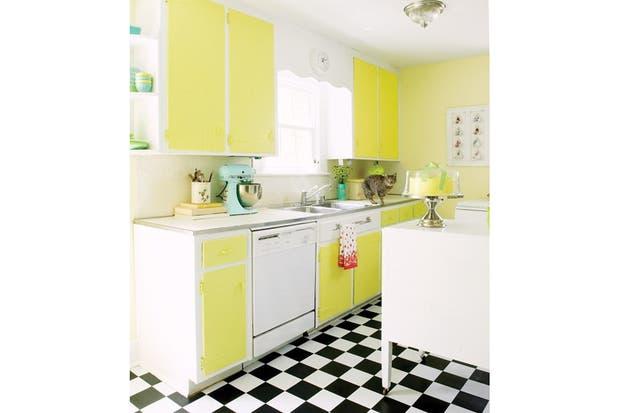 El piso damero es un contrapunto interesante en esta cocina a puro amarillo.| | Foto: www.houseofturquoise.com.