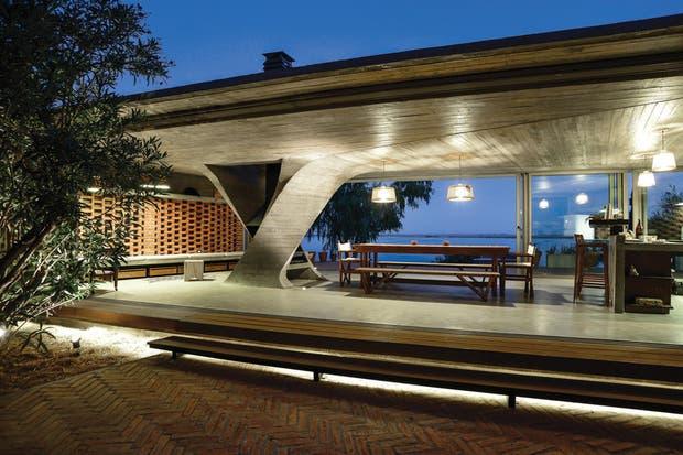 Rasante. Además de aportar seguridad, iluminar desde abajo el escalón de madera produce un efecto de liviandad.  /Mike Mercau