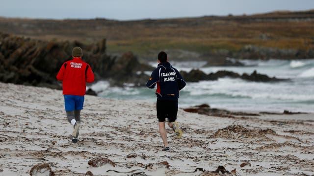 Joshua Peck entrena junto a su primo, Kyle Biggs, en la paradisiaca playa de Surf Beach. Foto: LA NACION / Mauro V. Rizzi