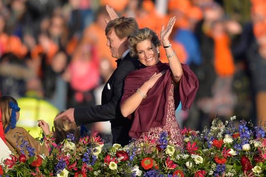 Los reyes de Holanda navegan por el río Ij en una fiesta de música y color. Foto: AFP