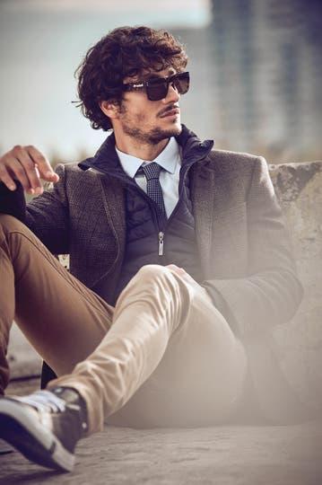 Saco tramado ($ 25.000, Etiqueta Negra), campera de plumas ($ 3990, Perramus), corbata de seda, camisa y pantalón de gabardina ($ 1200, $ 4200 y $ 2700, Etiqueta Negra), anteojos de sol ($ 1740, Rusty) . Foto: Martín Sarrabayrouse