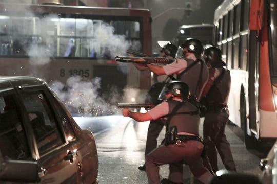 Dilma deberá garantizar a la FIFA que durante el Mundial no haya protestas violentas. Foto: AP