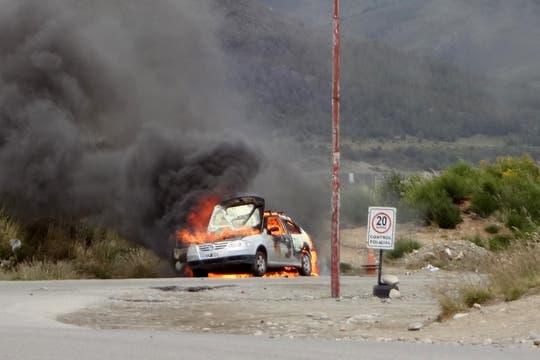Un auto fue incendiado afuera del supermercado. Foto: LA NACION / Soledad Maradona