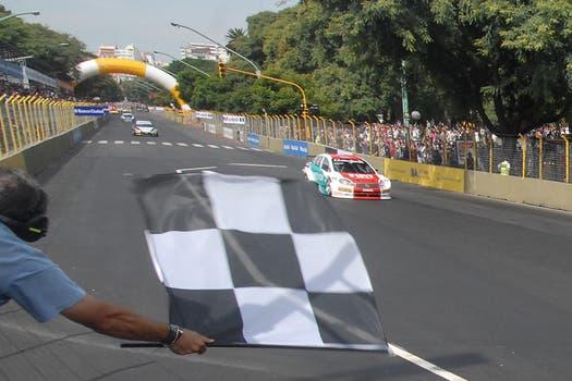 Bandera a cuadros para el vencedor del circuito callejero. Foto: DyN