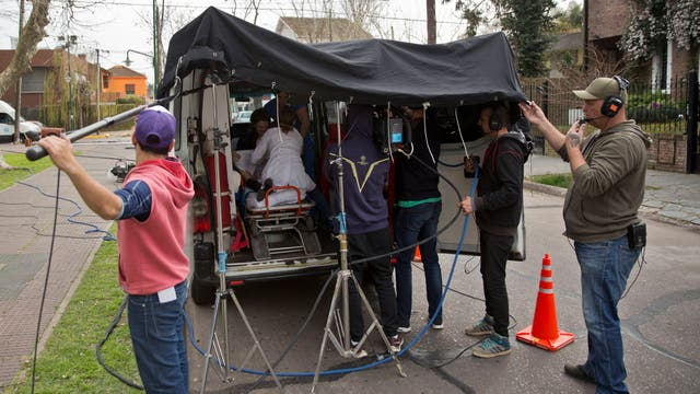 Una lona negra cubre la ambulancia para ajustar la luz en las escenas en el interior del vehículo. Foto: LA NACION / Fernando Massobrio