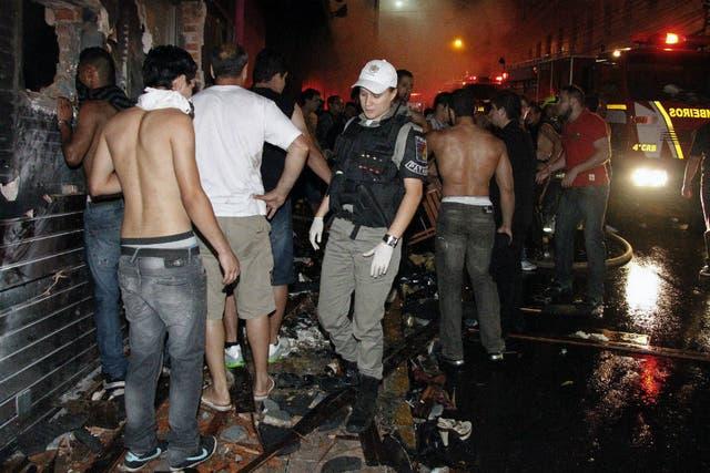 Los bomberos tuvieron que abrir un agujero en la pared para retirar a las víctimas