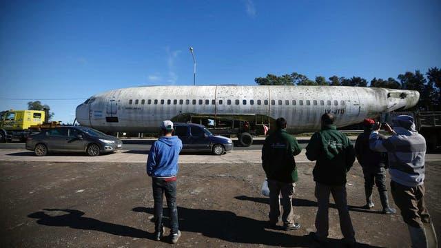 El Boeing 737 sorprendió a cientos de personas durante su recorrido entre Ezeiza y La Plata
