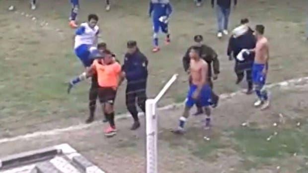 La agresión antes de que el árbitro ingrese al túnel