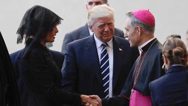 El presidente Trump y su esposa Melania son recibidos por el Prefecto de la Casa Papal, Monseñor Georg Gaenswein, a su llegada al patio de San Dámaso para su audiencia privada con el Papa Francisco, en el Vaticano
