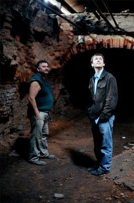 Brendan Martin en una fábrica recuperada por sus empleados en el conurbano bonaerense