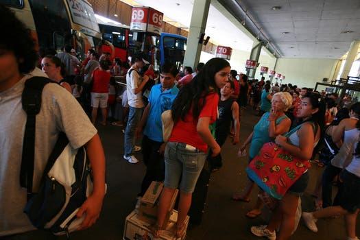 En Retiro se agregaron micros adicionales para abastecer a la gran demanda de pasajes. Foto: LA NACION / Graciela Calabrese