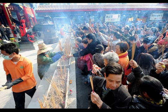 La gente reza y prende incienso en el Templo de Wong Tai para el primer día del Año Nuevo Lunar en Hong Kong. Foto: AFP