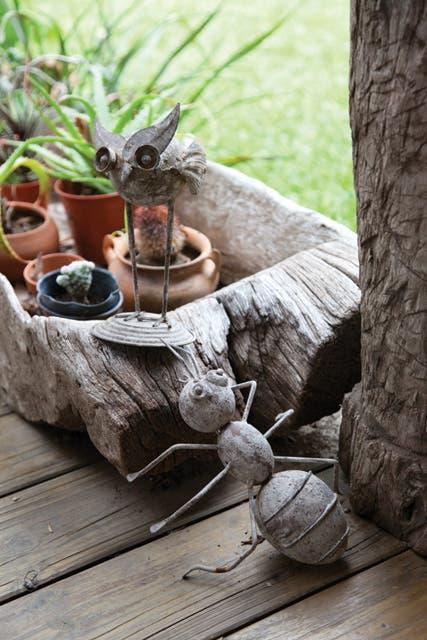 Detalles de accesorios, pequeñas esculturas y bateas compradas en distintos viajes.  Foto:Living /Javier Csecs