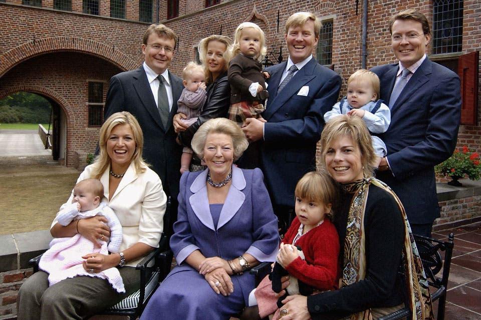 Un retrato para el recuerdo: la por entonces reina Beatriz rodeada de sus hijos, sus nueras y sus primeros nietitos. Foto: /AP y Getty Images