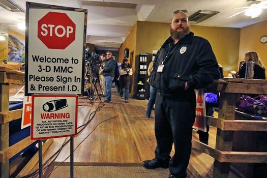 Un guardia se preparó antes de que abriera uno de los locales, con extrema seguridad. Foto: AP