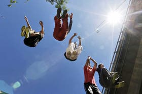 Los jóvenes se juntan en plazas y espacios urbanos para practicar parkour