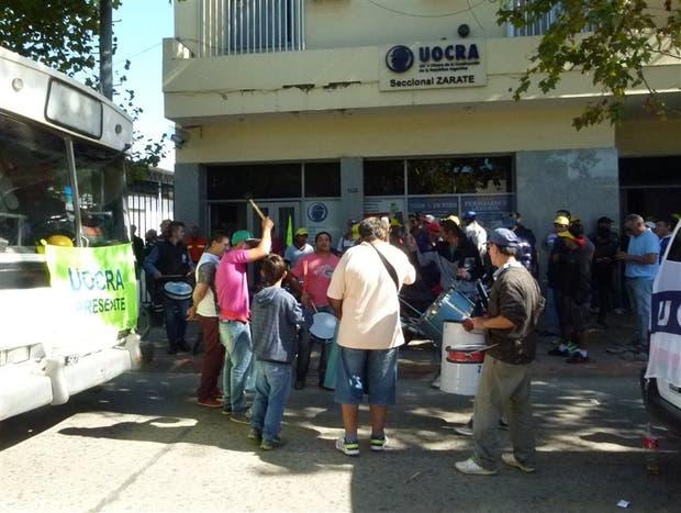 Militantes de la Uocra protestaron ayer en Zárate por los despidos