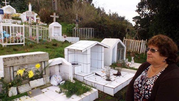 Rosa Labraña en el cementerio de Tumbes. Ella perdió a un hijo y dos hermanos en naufragios