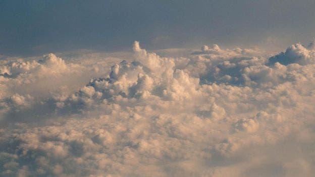 Para hacer que llueva, los aviones inyectan ciertos químicos a las nubes