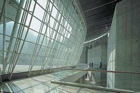 La configuración curva del proyecto se exalta en algunos recintos, como en este caso, con la convexidad del gran ventanal y el espacio de gran altura