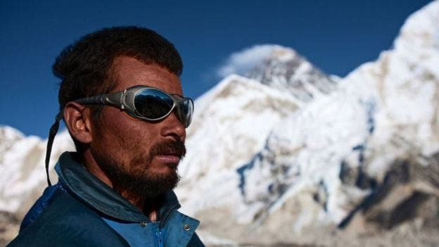 Los sherpas nepalíes llegaron del Tíbet hace 500 años. Son ellos quienes se ocupan de llevar los bultos más pesados durante el ascenso al Everest