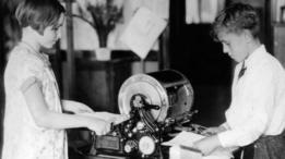 El mimeógrafo siguió ofreciendo una alternativa eficiente mucho tiempo después de que las fotocopiadoras llegaran a hacerle la competencia.
