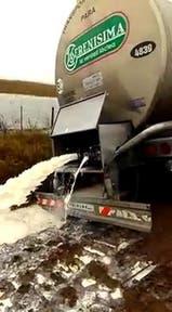 Otra vez tiran leche en Rivadavia: imágenes impactantes
