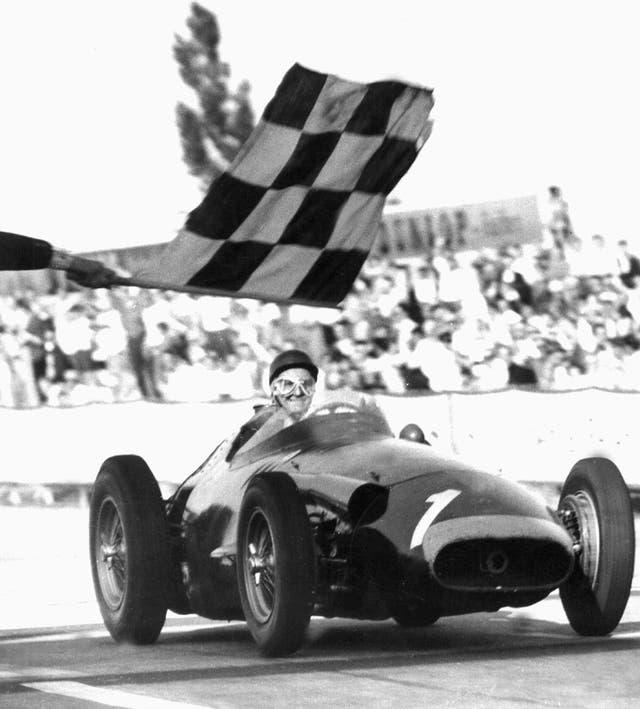 Juan Manuel Fangio recibe la bandera a cuadros en el GP de Alemania de 1957