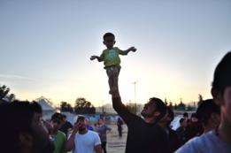 Miles de migrantes de Medio Oriente cruzaron la frontera de Grecia a Macedonia en 2016.