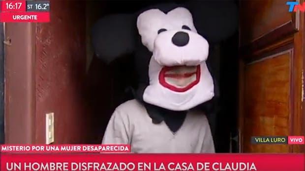 """El hombre disfrazado aseguró que vive allí junto a una pareja que conoce a Claudia y que """"le están cuidando la casa"""""""