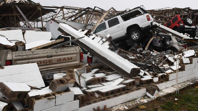 Galpones destruidos y camionetas aplastadas en el aeropuerto de Rockport