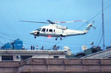Después de haber presentado su renuncia como Presidente de la Nación, De la Rúa se marcha en helicóptero de la Casa Rosada