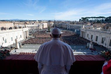 """El Papa Francisco entrega el mensaje """"Urbi et Orbi"""" desde el balcón principal de la Basílica de San Pedro en el Vaticano, 25 de diciembre de 2018"""