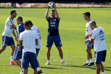 Lionel Scaloni en el entrenamiento que realiza la selección, a puertas abiertas en Porto Alegre