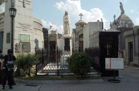 La Virgen La Dolorosa preside la tumba de Quiroga en la Recoleta