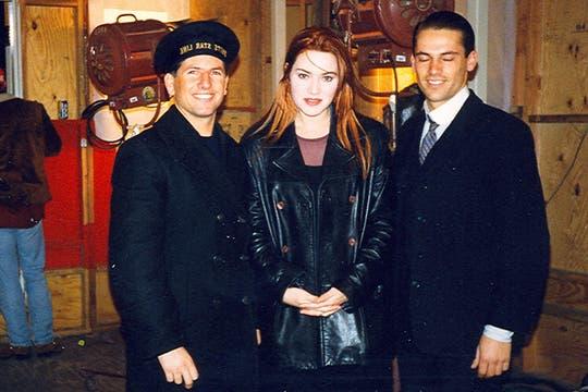 Luis, vestido de marinero, junto a Kate Winslet luego de una de las escenas del hundimiento. Foto: Gentileza Luis Incisa